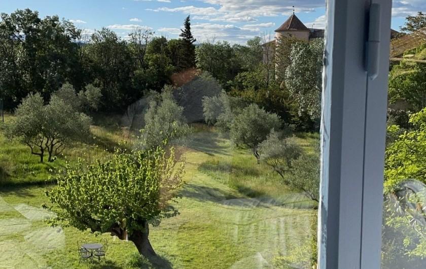 Location de vacances - Mas à Potelières - Des chambres et de la terrasse, vous avez vue sur le château