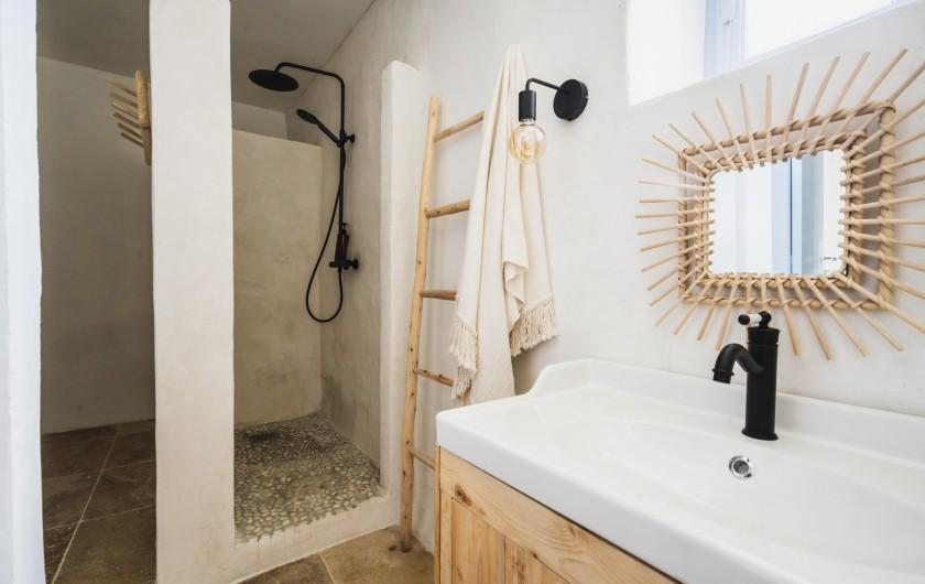 Location de vacances - Mas à Potelières - Il y a 3 chambres au Deuxièmes étage avec très jolie SDB partagée