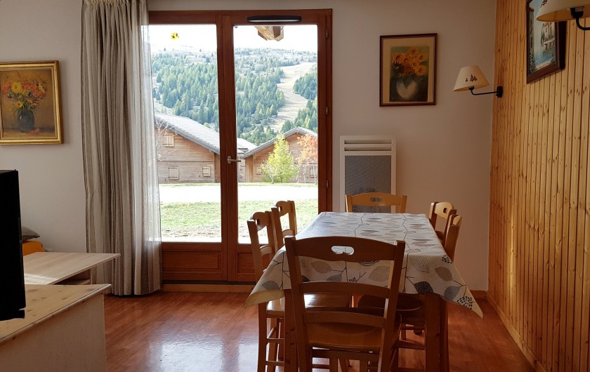 Location de vacances - Chalet à Le Dévoluy - coin repas, vue sur les pistes