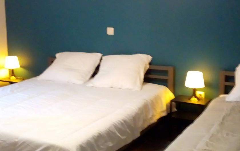 Location de vacances - Gîte à Stavelot - chambre à coucher 3 personnes avec salle de bain, lit de 160 x 200 et 90 x 200
