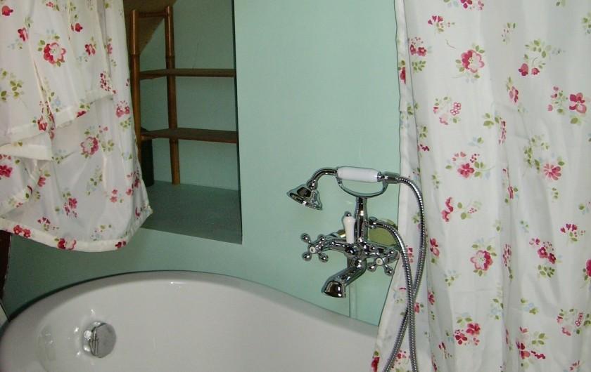 Location de vacances - Gîte à Florentin-la-Capelle - Salle de bains à l'étage