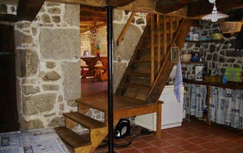 Location de vacances - Gîte à Florentin-la-Capelle - Escalier vers le séjour (3 marches) puis vers l'étage