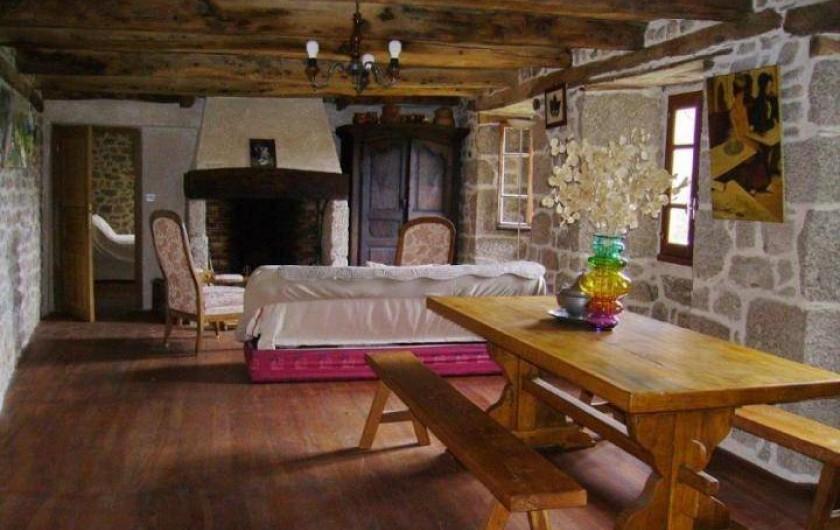 Location de vacances - Gîte à Florentin-la-Capelle - Salle de séjour (TV, bibliothèque) Au fond à gauche, accès vers la chambre 1