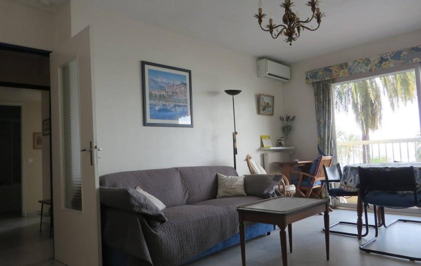 Location de vacances - Appartement à Menton - séjour canapé convertible