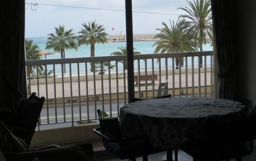 Location de vacances - Appartement à Menton - séjour coin à manger avec vue sur la mer