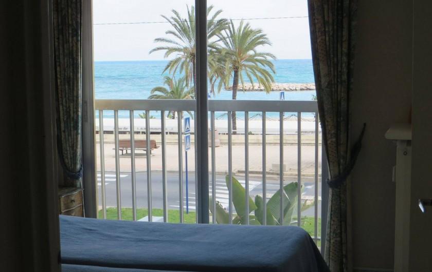 Location de vacances - Appartement à Menton - chambre à coucher vue sur mer