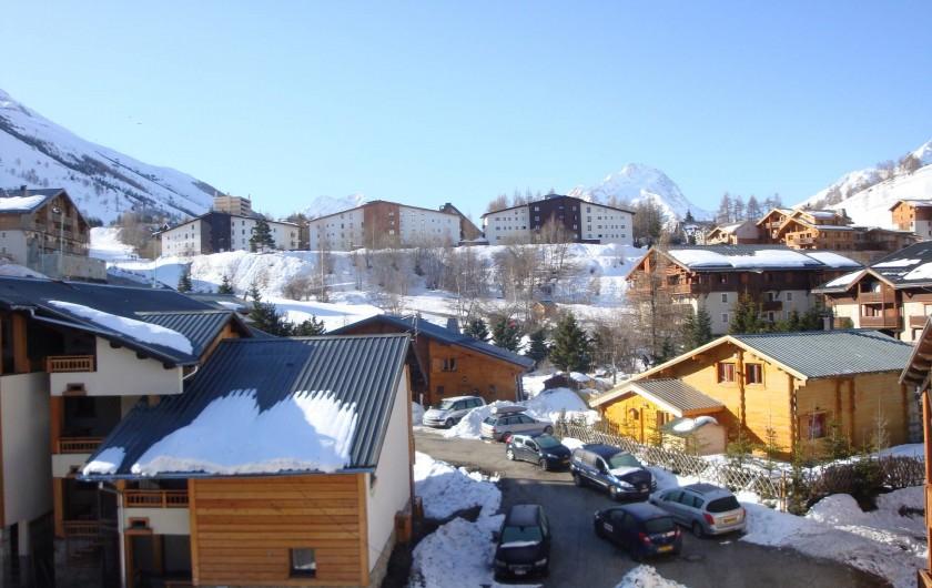 Location de vacances - Appartement à Les Deux Alpes - Au sud : vue de face avec au loin le rocher de La Muzelle