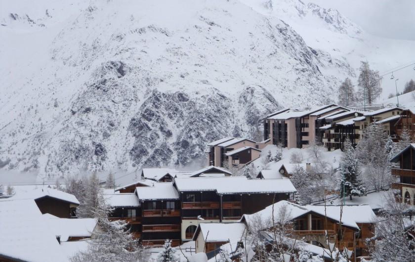 Location de vacances - Appartement à Les Deux Alpes - Le chalet pris d'un peu + haut ( vue sur l'Alpe d'Huez )