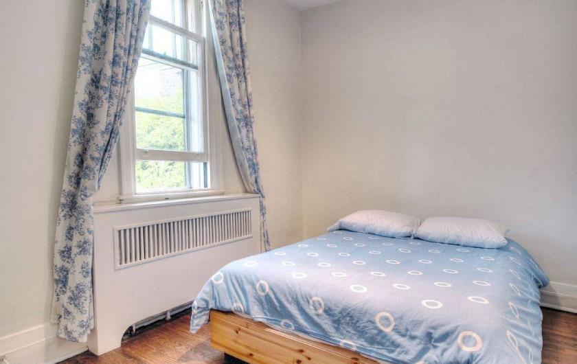 Location de vacances - Appartement à Montréal - Chambre 4 avec vue sur terrasses privée du voisin