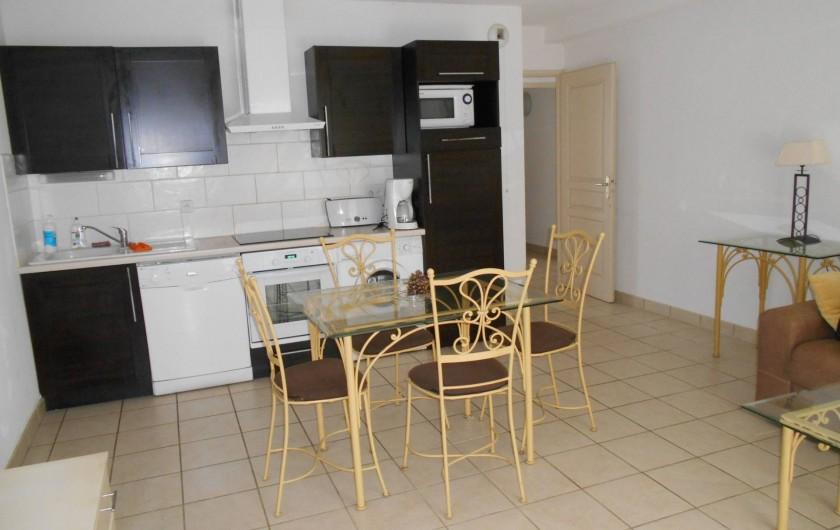 Location de vacances - Appartement à Alénya - coin cuisine dans la pièce principale