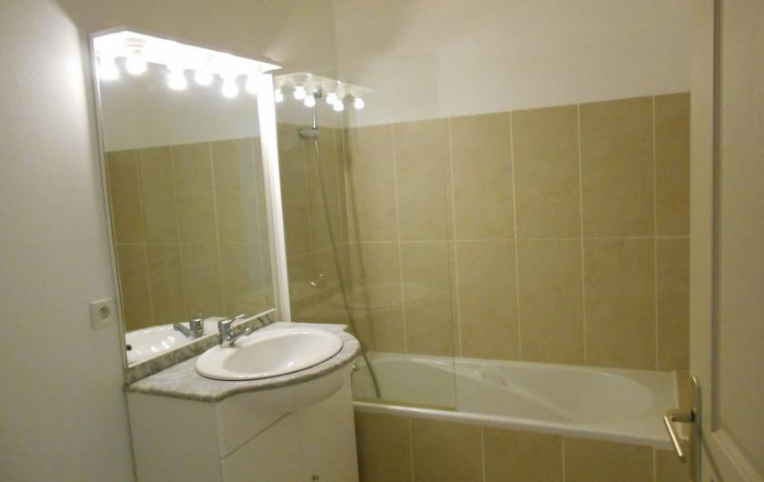 Location de vacances - Appartement à Alénya - Salle de bains ( baignoire + lavabo+WC)  Autre WC, dans pièce séparée