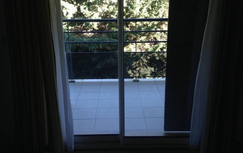Location de vacances - Appartement à Alénya - Vue du salon : arbres. Pas de vis à vis