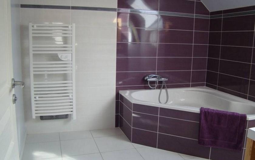 Location de vacances - Gîte à Marchastel - 1er étage : salle de bain avec baignoire d'angle