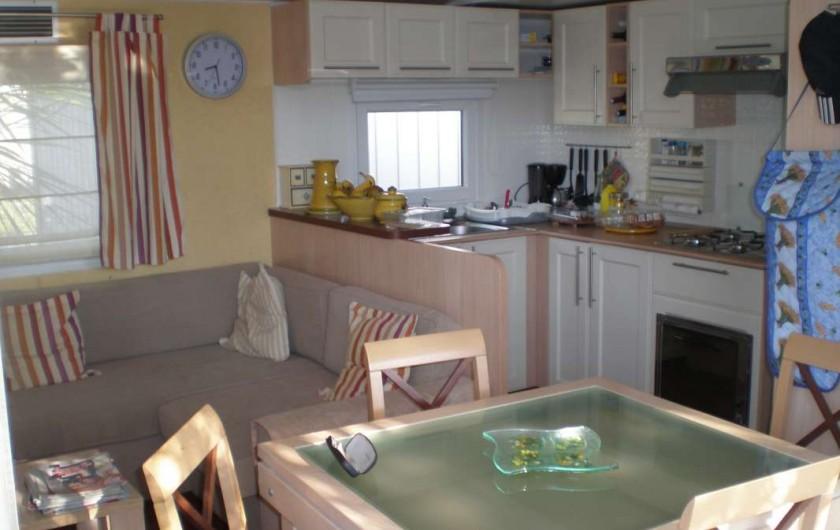 Location de vacances - Bungalow - Mobilhome à Argelès-sur-Mer - coin salon salle à manger avec table a rallonge