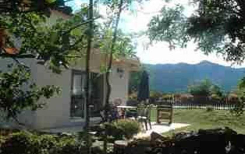 Location de vacances - Gîte à Jaujac - terrasse couverte avec deux barbecues (moderne et ancien)