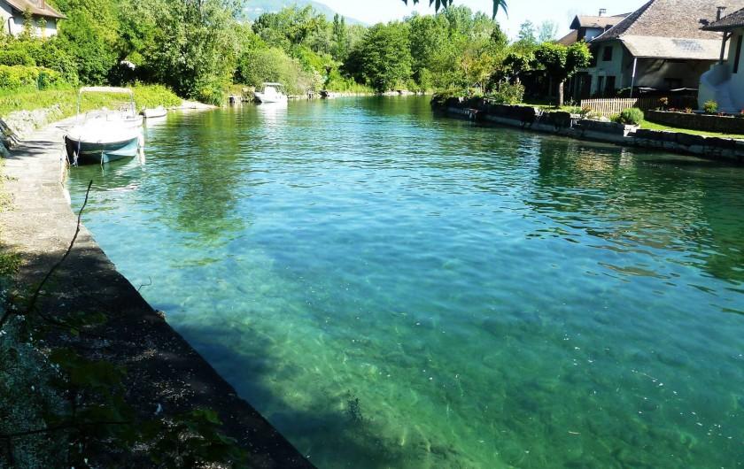 Location de vacances - Chambre d'hôtes à Chanaz - Le canal de Savières qui se trouve au bout du jardin