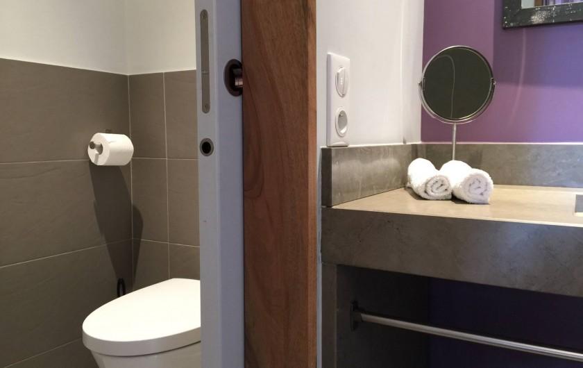 Location de vacances - Chambre d'hôtes à Carsac-Aillac - Lilas, salle d'eau et son  WC séparé.