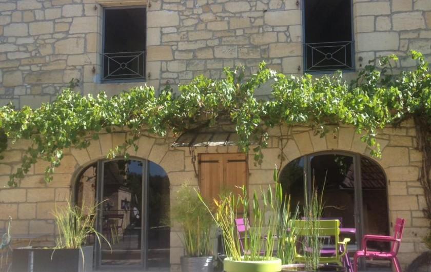 Location de vacances - Chambre d'hôtes à Carsac-Aillac - Entrée des chambres vue de la terrasse.