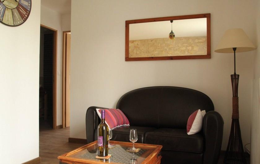 Location de vacances - Gîte à Senouillac - le salon : canapé, fauteuil et TV écran plat