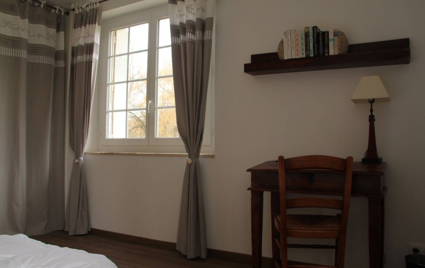 Location de vacances - Gîte à Senouillac - la chambre avec son bureau et son autre fenêtre donnant sur le parc