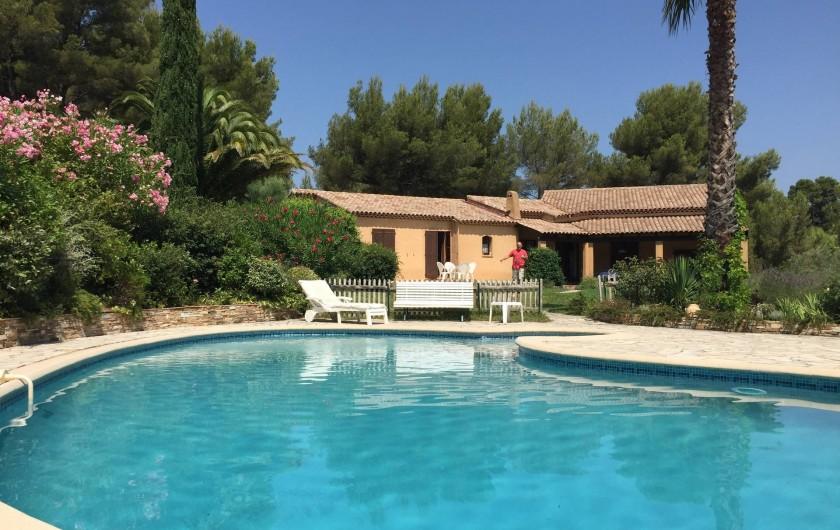 Location de vacances - Villa à Le Castellet - Piscine et plage
