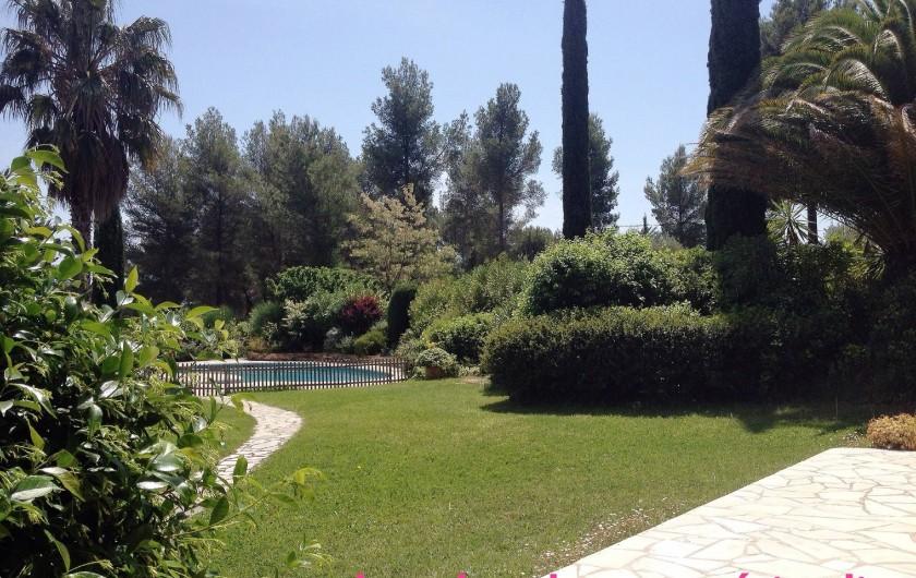 Location de vacances - Villa à Le Castellet - Jardin devant les chambres