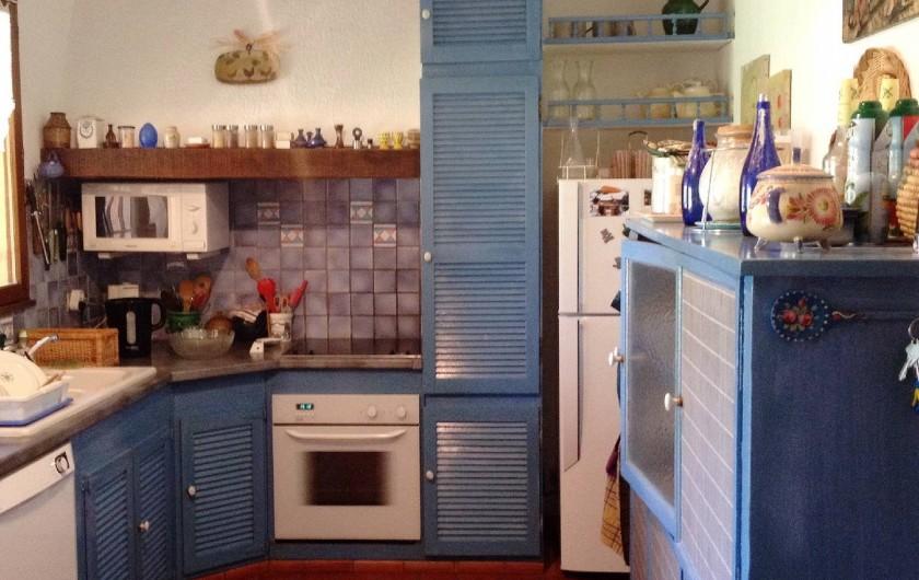 Location de vacances - Villa à Le Castellet - La cuisine toute équipée  donnant sur une terrasse couverte et coin BBQ.