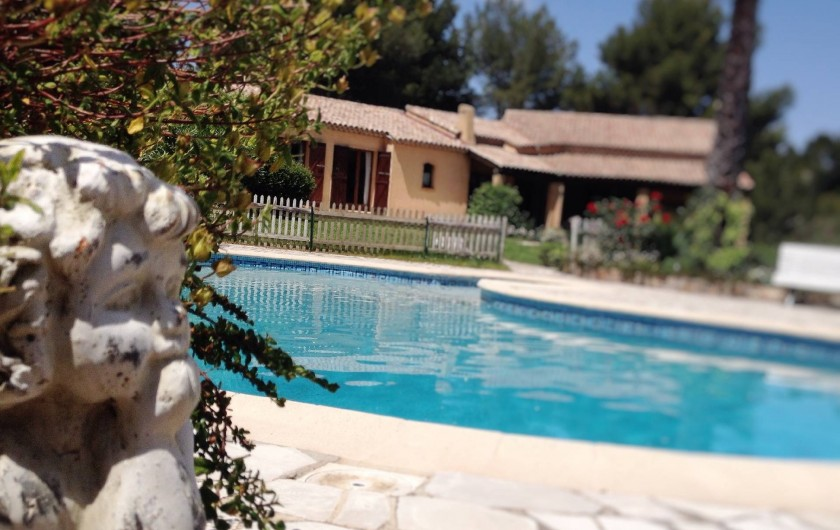 Location de vacances - Villa à Le Castellet - Piscine et plage et pool house.