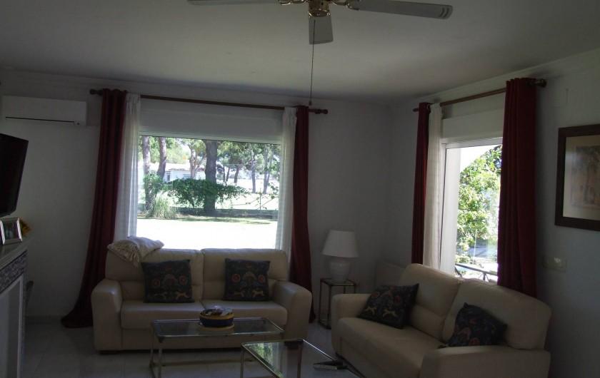 Location de vacances - Maison - Villa à San Andrés Golf - le salon avec fenetres au jardin et la porche