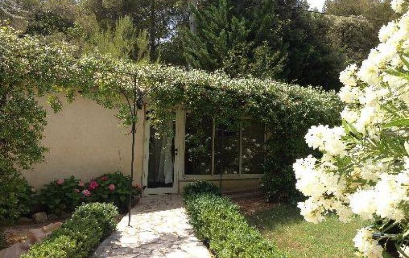 Location de vacances - Villa à Sarrians - cuisine donnant accès à la piscine