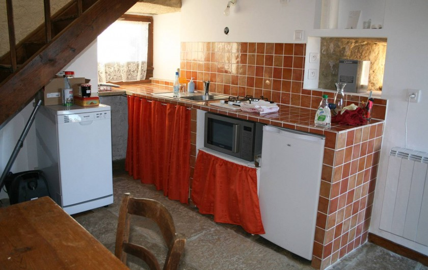 Location de vacances - Gîte à Marvejols - autre vue de la cuisine avec frigo, lave vaisselle et machine à laver le linge