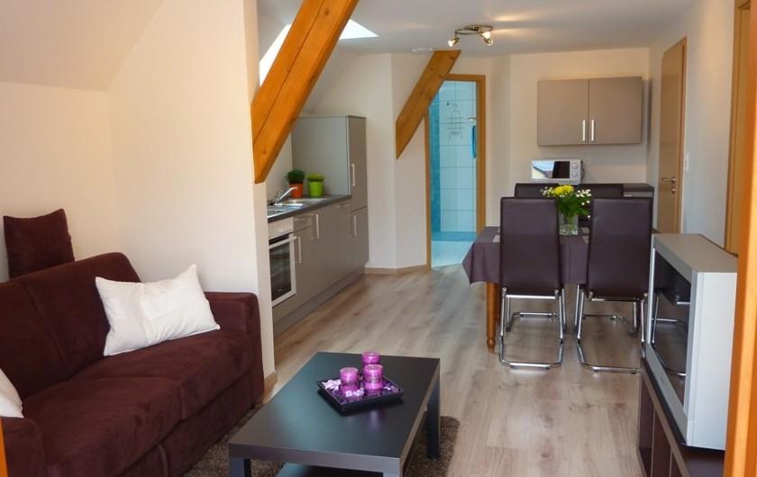 """Location de vacances - Gîte à Orschwiller - """"Myriam"""" pièce à vivre canapé lit de 140x190 Grande TV écran plat"""