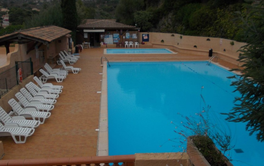 Location de vacances - Maison - Villa à Bormes-les-Mimosas - Piscine du domaine avec petit et grand bassin
