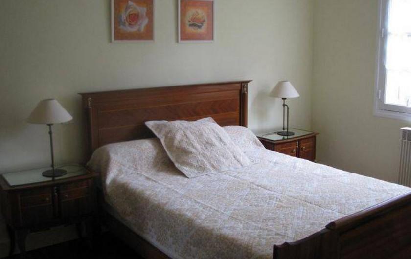 Location de vacances - Gîte à Auriac-du-Périgord - Chambre pêche, spacieuse avec armoire et miroir ainsi que 2 chevets