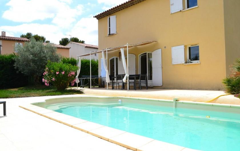 Location de vacances - Villa à Aix-en-Provence - Vue de la villa et de la piscine 8,5m/4m - Photo prise côté Sud-Est