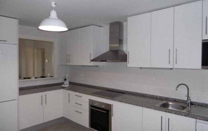 Location de vacances - Appartement à Marina de Casares - L'appartement comprend une cuisine équipée (four, micro-ondes, lave-vaisselle)