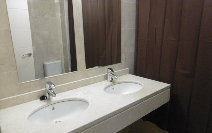 Location de vacances - Appartement à Marina de Casares - Vue de la salle de bains avec baignoire