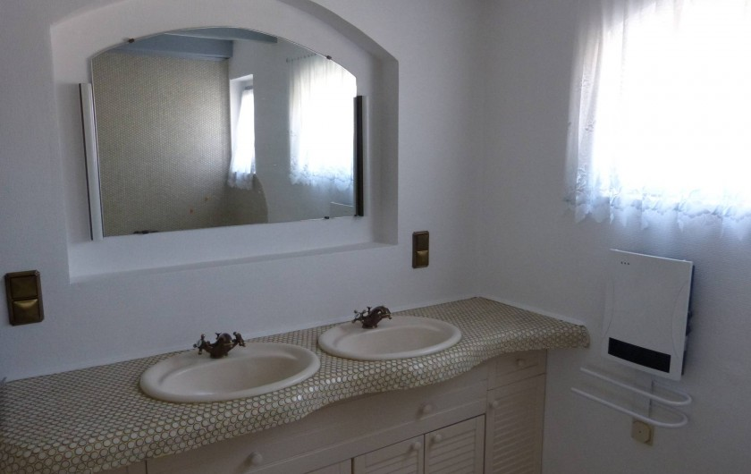 Location de vacances - Villa à Lavilledieu - Salle de bain étage