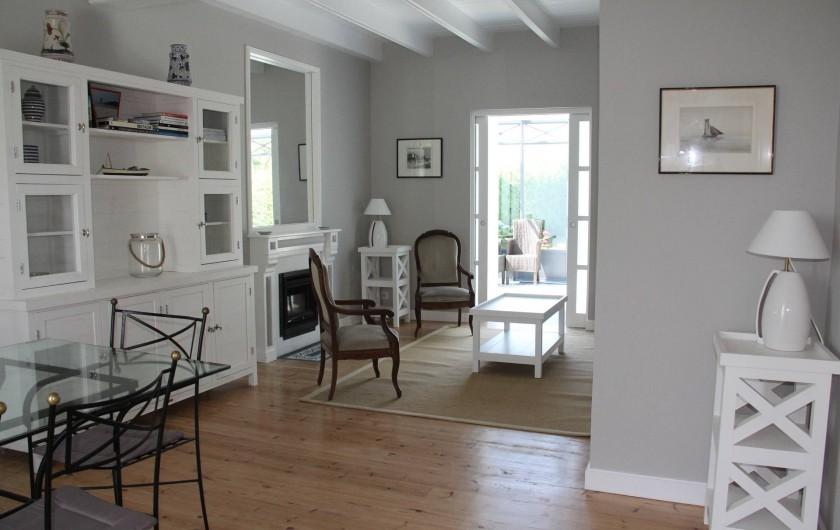 Location de vacances - Villa à Primelin - Grand séjour salon/salle-à-manger donnant sur la véranda (porte coulissante).