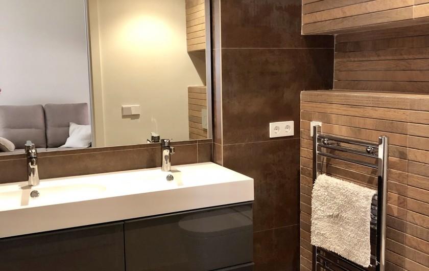 Location de vacances - Appartement à Urbanización Cabopino - Salle de bains lavabo double, radiateur chauffant et meuble de rangement
