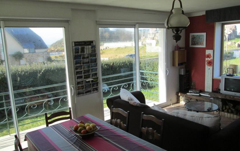 Location de vacances - Villa à Trébeurden - salle et salon, très lumineux.