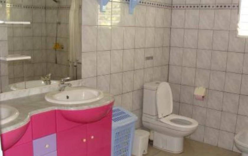 Location de vacances - Villa à Douville - Salle et de bain très spacieuse avec eau chaude, douche à l'italienne, 2wc