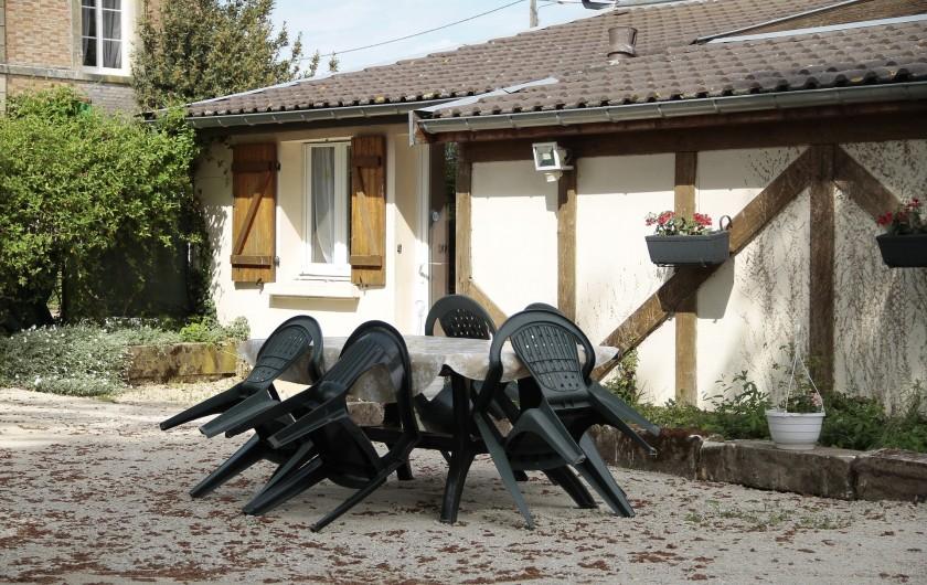 Location de vacances - Gîte à Isle-sur-Marne - salon d'été barbecue
