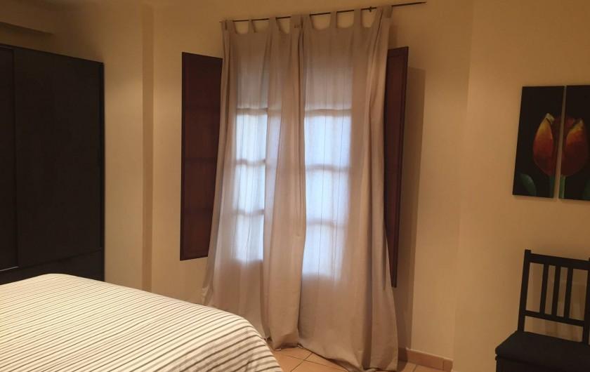 Location de vacances - Appartement à Besalú - Chambre avec balcon qui donne à la Plaça.