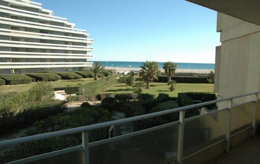 Location de vacances - Appartement à Canet-en-Roussillon - terrasse donnant sur la mer avec table et chaises pour 8 personnes