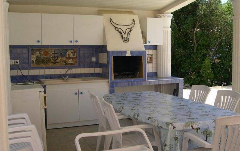 Location de vacances - Villa à Vers-Pont-du-Gard - Cuisine d'été aérée donnant sur la piscine