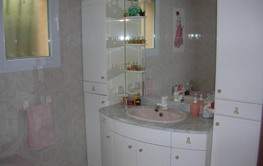 Location de vacances - Villa à Vers-Pont-du-Gard - Salle de bain avec baignoire d'angle et douche