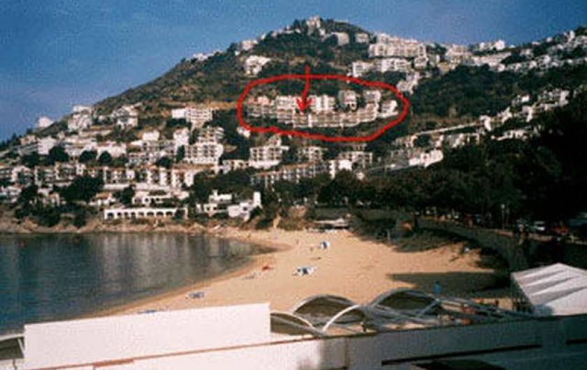 Location de vacances - Appartement à Roses - La résidence et l'appartement depuis la plage de canyelles petites