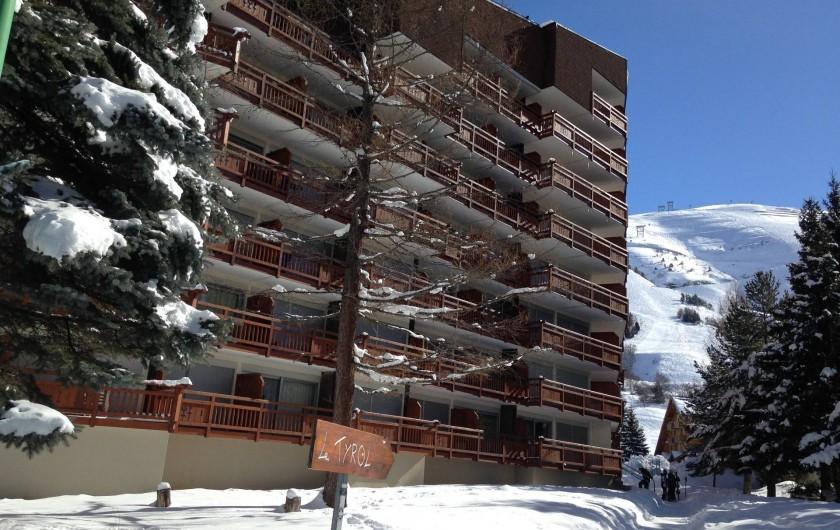 Location de vacances - Appartement à Les Deux Alpes - Le Tyrol avec en arrière plan le front de neige côté Jandry Express