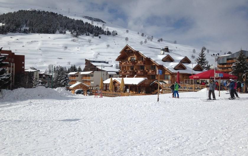 Location de vacances - Appartement à Les Deux Alpes - Front de neige : en arrière plan, derrière l'hôtel Côte Brune, le Tyrol